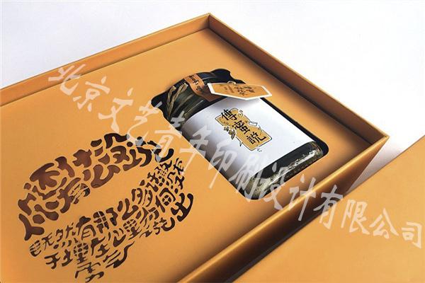 这是最常用的一种纸盒形式,造型简洁、工艺简单、成本低,如常见的批发包装多是用这种结构形式。 二、开窗式纸盒包装结构设计 这种形式的纸盒常用在玩具、食品等产品中。这种结构的特点是,能使消费者对产品一目了然,增加商品的可信度, 一般开窗的部分用透明材料补充。 三、手提式纸盒包装结构设计 这种形式的纸盒常用在礼盒包装中,其特点是便于携带。但要注意产品的体积、重量、材料及提手的构造是否相当, 以免消费者在使用过程中损坏。 四、抽屉式纸盒包装结构设计 这种包装形式类似于抽屉的造型,盒盖与盒身是由两张纸撑开,结构牢固